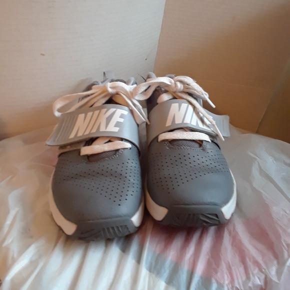 Nike Team Hustle D8 Boy's Shoe's size 2y